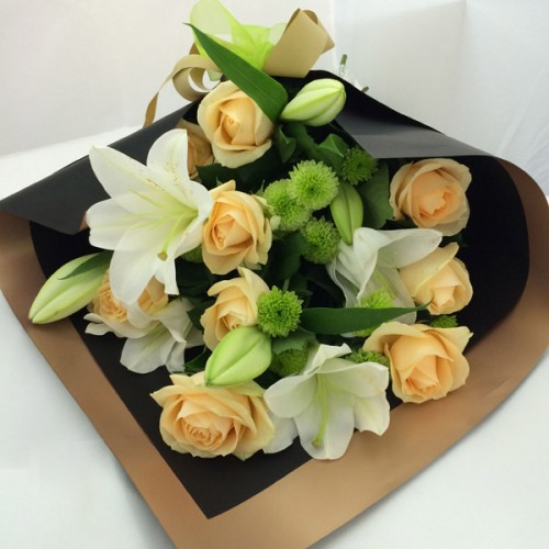 Bouquet Apricot Roses – Black & Gold wrapping